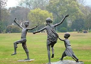 儿童放风筝铸铜雕塑
