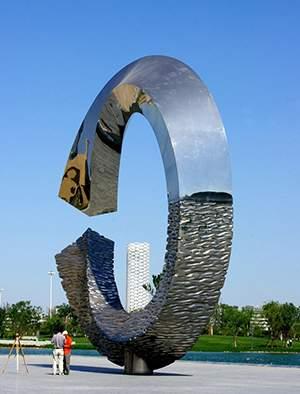 C形不锈钢锻造雕塑