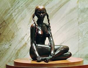 麻花辫子女孩人体雕塑