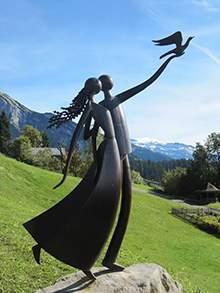 园林景观铸铜人物情侣雕塑